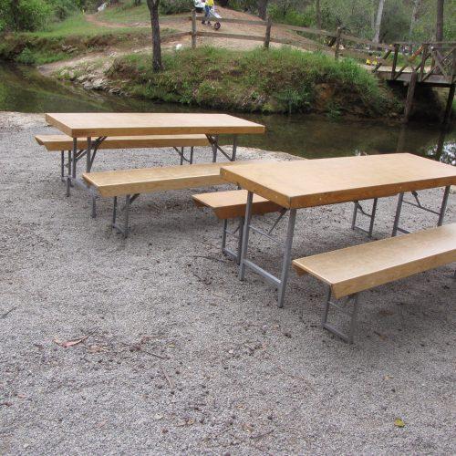 Mesas e bancos de 1,85m x 0,65m